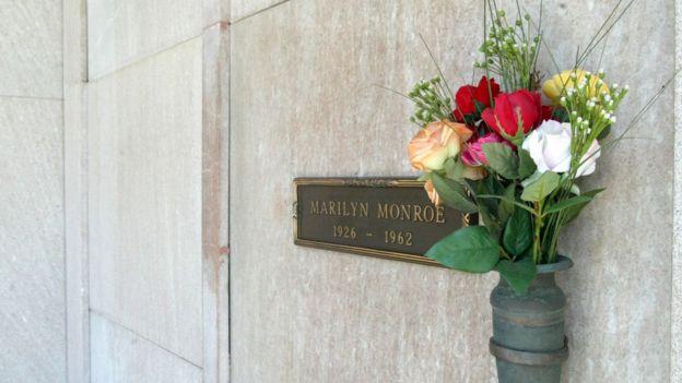 La tumba de Marilyn Monroe en el Parque Mortuorio de Westwood Village, en Los Ángeles, California