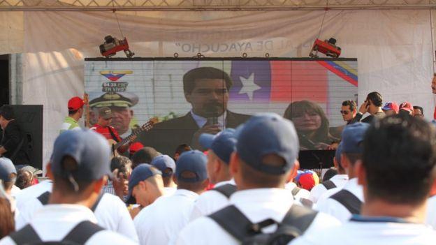 Imagem mostra o presidente da Venezuela em telão