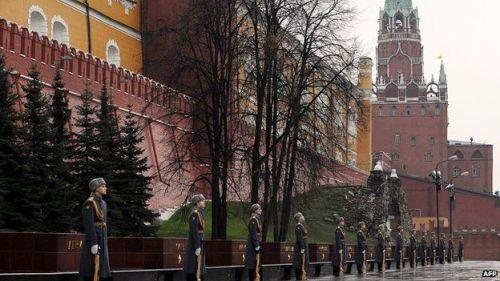Guards at the Kremlin wall