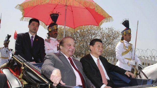 Presidente chino Xi Jinping, centro, con el primer ministro paquistaní Nawaz Sharif en Islamabad, 2015.