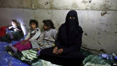 A Yemeni woman and her children, forced to flee their family home, due allegedly to airstrikes carried out by the Saudi-led coalition (30 April 2015)