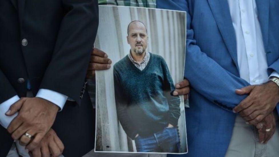 İstanbul Çağlayan Adliyesi önünde, destek verdikleri gazeteci Ahmet Şık'ın fotoğrafını taşıyanlar
