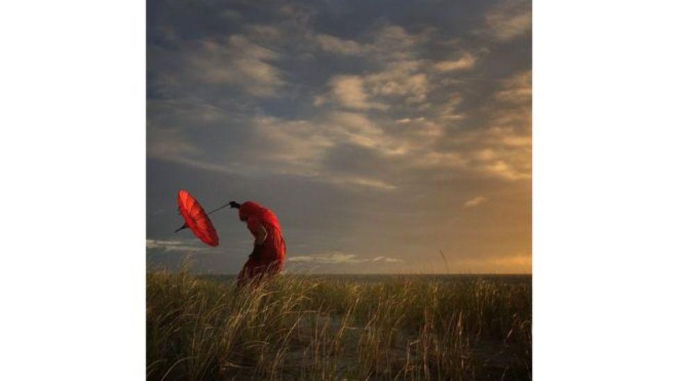 """""""Ella se dobla con el viento"""", fotografía de Robin Robertis"""