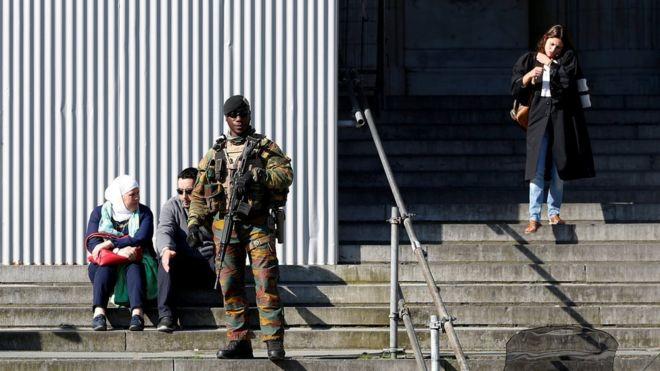Militar faz a segurança do Palácio da Justiça belga, onde suspeitos de ligação com célula extremista são julgados