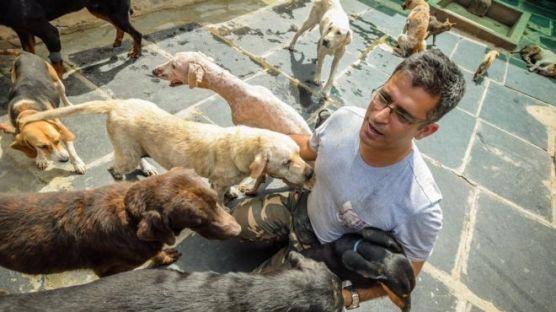 Rakesh Shukla con algunos de sus perros