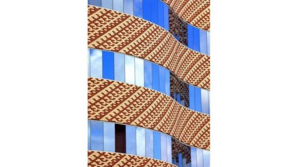 انعكاس صورة مبنى على مبنى آخر