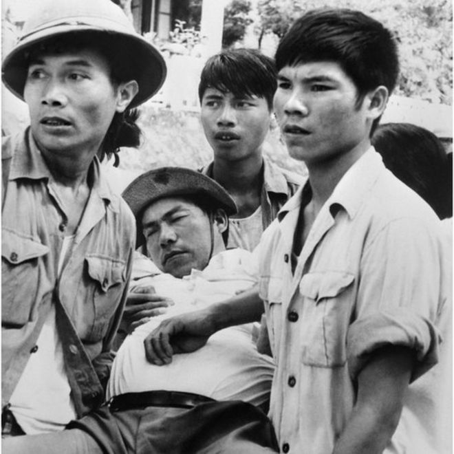 Một phóng viên ảnh của Việt Nam bị đánh ngất đi ngày 2/9/1978 vào thời điểm có xung đột biên giới giữa Việt Nam và Trung Quốc gần Hữu Nghị Quan.