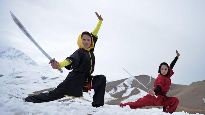 Afganistan'da kadınlar wushu dövüş sporunu öğreniyor.