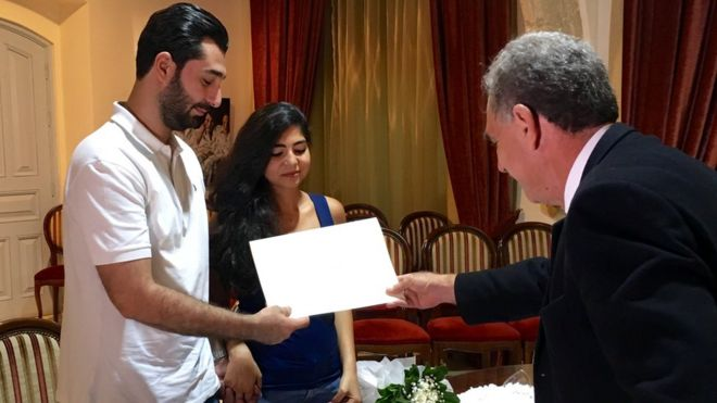 Abdul Kader y Rachelle reciben su certificado de matrimonio