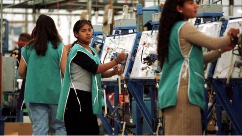 Mexicanas trabalhando em indústria
