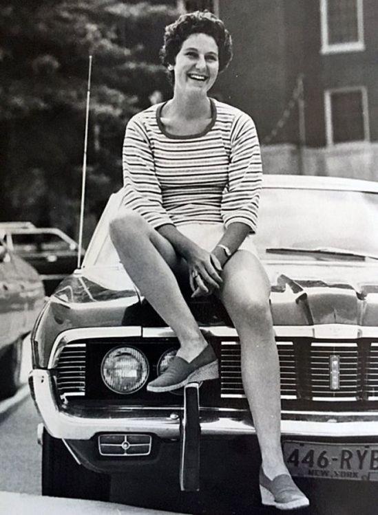 Maryann Gay em cima do carro que dirigia ao atropelar Brian. Essa foto foi tirada um ou dois anos antes do acidente