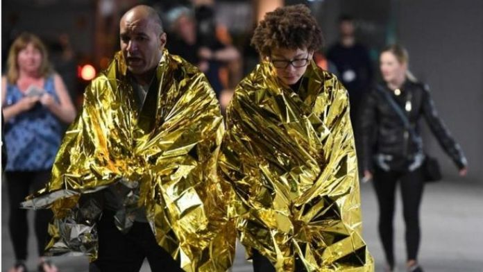 Personas con mantas térmicas tras los ataques.