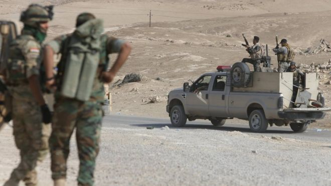 Federal police forces drive a vehicle during an operation against Islamic State militants in Qayyarah, south of Mosul (26 October 2016)
