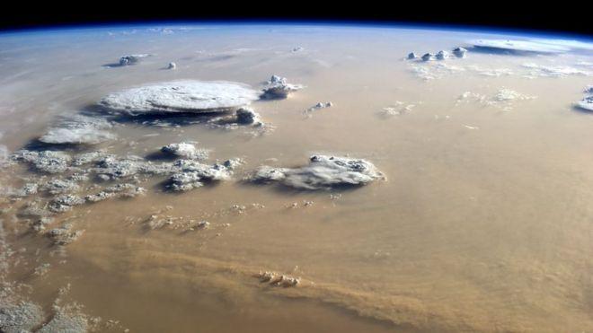 Foto de satélite de nuves no Saara