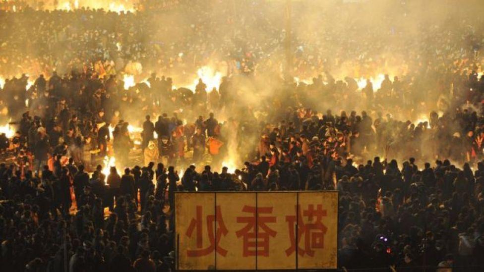 Peregrinos queman ofrendas cerca del templo budista de Guiyuan, en Wuhan, provincia de Hubei.