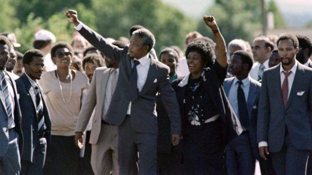 Nelson Mandela oo markaas xabsiga laga soo siidaayay , waxaa gacanta haysata xaaskiisii hore Winnie Mandela