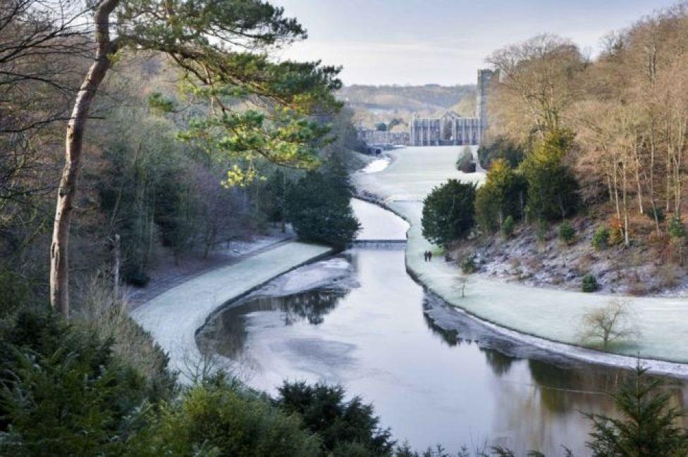 Замерзшая река и руины аббатства