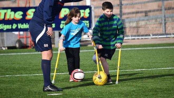 amputados niño jugando al fútbol