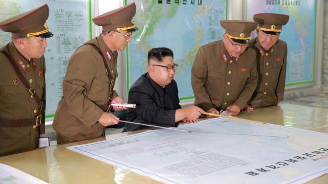 كيم جونغ-أون مع قادته العسكريين