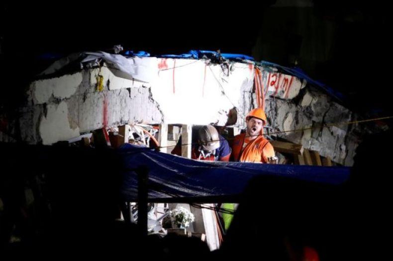 Rescatistas entre los escombros de la escuela Enrique Rébsamen, en Ciudad de México.