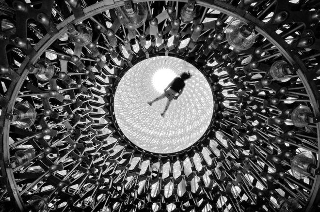 Figura humana encima del Hive, en Kew Gardens, Londres.