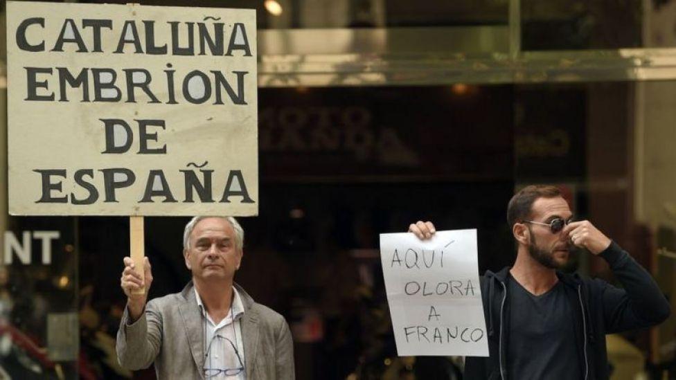 Manifestantes con carteles de