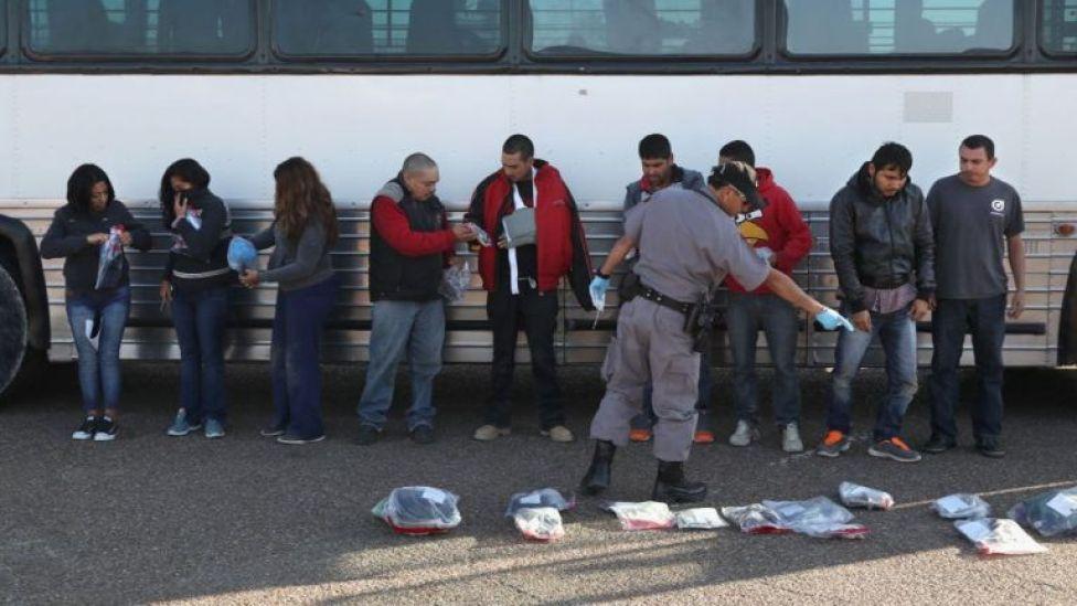 Inmigrantes siendo deportados de EE.UU.