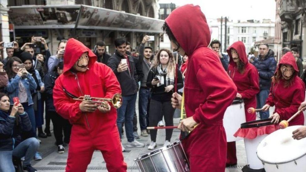 """Foto de manifestantes vestidos con los trajes de la serie """"Casa de Papel""""."""