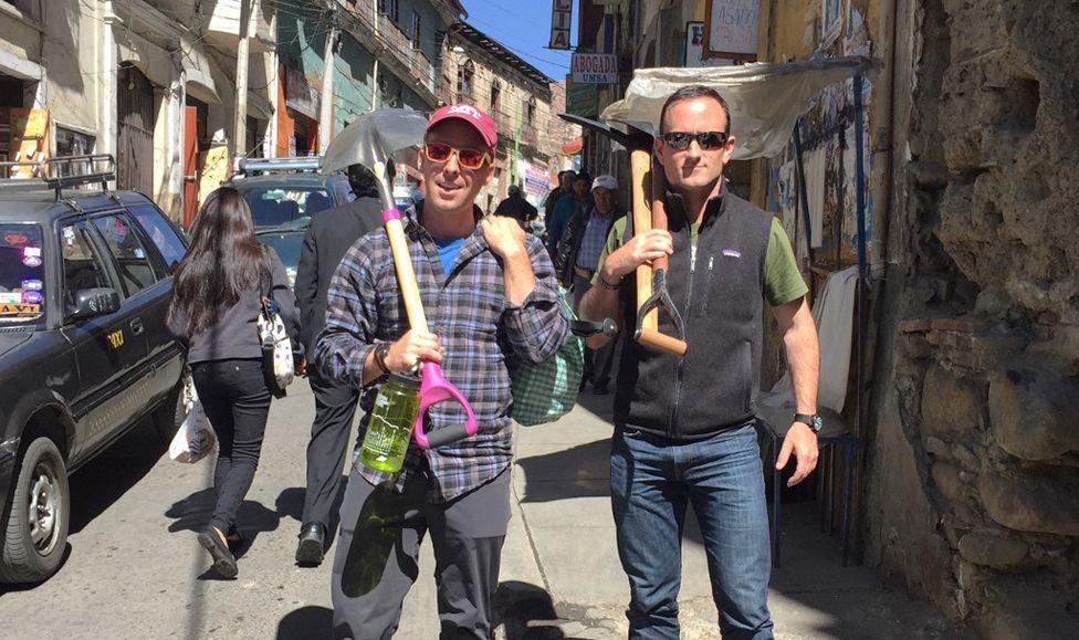 Dan (izquierda) e Isaac compraron herramientas para su travesía en La Paz. Futrell/Stoner