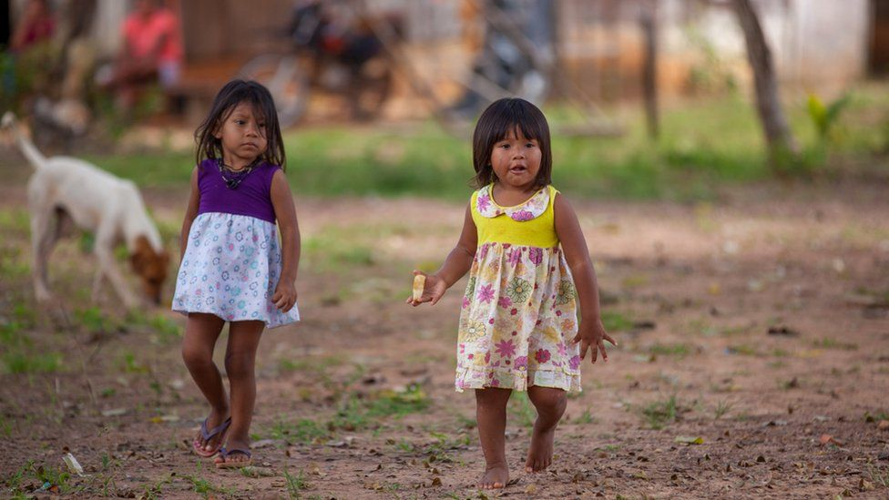 Two Cinta Larga girls playing