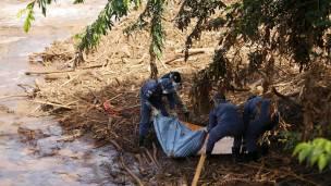 Bomberos trabajan en el rio Doce, tras la ruptura de un dique minero en el estado de Minas Gerais.