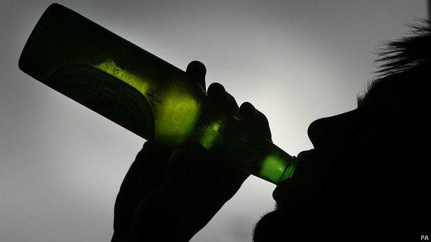 La OMS recomienda a los gobiernos medidas como subir los precios del alcohol y restringir horarios de venta.