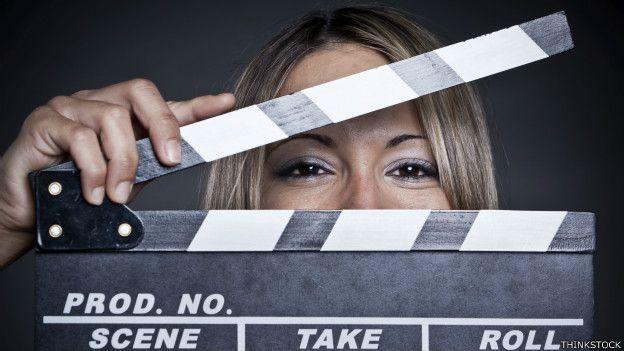 Una mujer detrás de una claqueta de cine