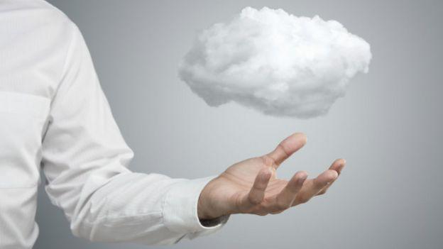 Una persona con una nube en la mano