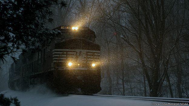 Un tren recorre a través de las nevadas