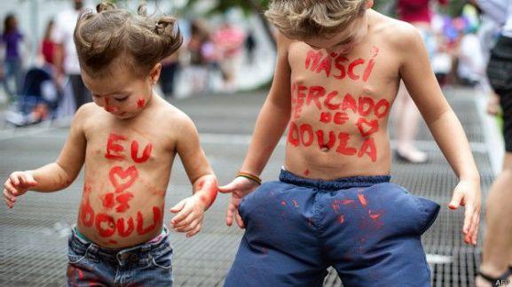 Дети с надписью