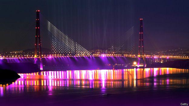 Puente a la isla Russkiy