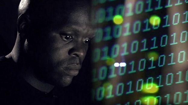Una persona mirando unos códigos