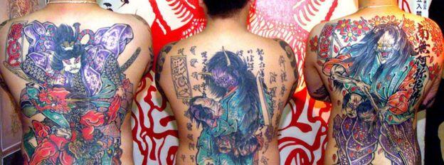 山口組成員展示身上紋身(資料圖片)