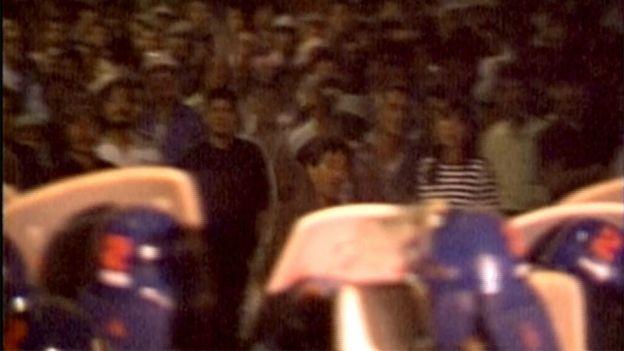 大阪西城暴動示威者向警察扔雜物(10/1990)