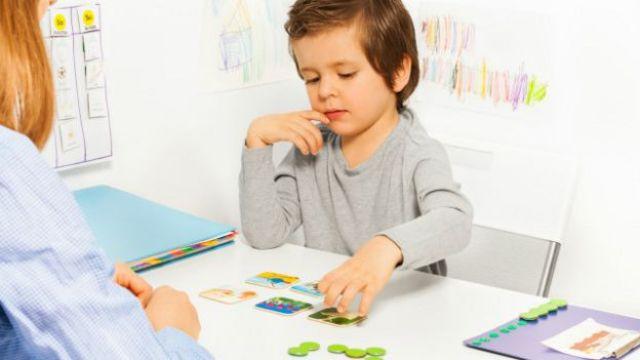 Un niño identificando tarjetas
