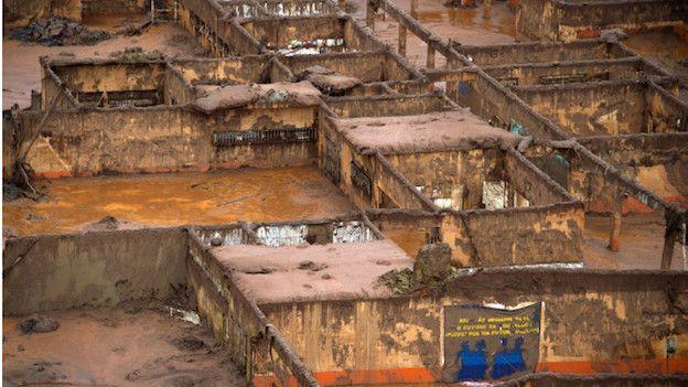 Vista aérea de la destrucción del pueblo de Bento Rodrigues, en el estado de Minas gerais, tras la avalancha de lodo que se desprendió por la ruptura de un dique minero.