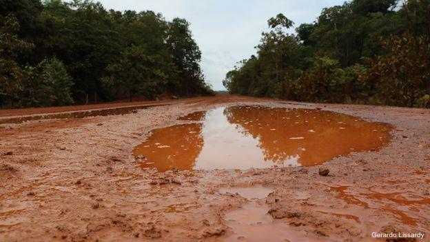 Ruta BR-156 entre Macapá y Oiapoque, en el extremo norte de Brasil