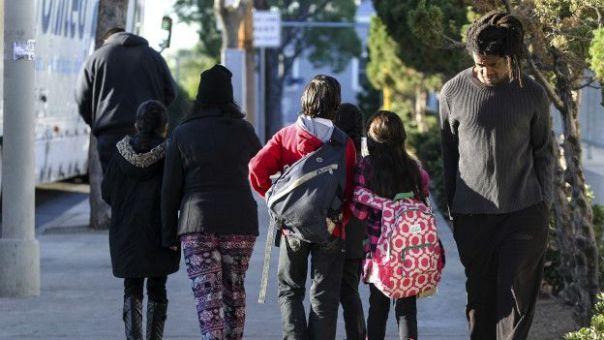 Escolares volviendo a sus casas.