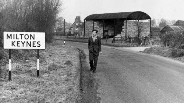 Una persona caminando por Milton Keynes
