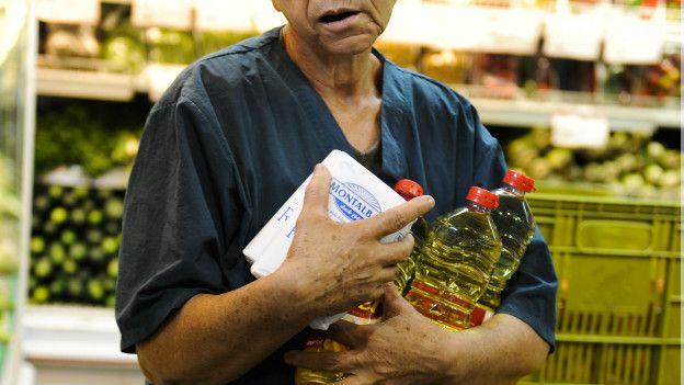 Una compradora en un supermercado de Venezuela.