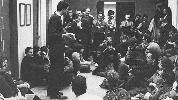 Bernie Sanders habla ante el Comité sobre Igualdad Racial en 1962.