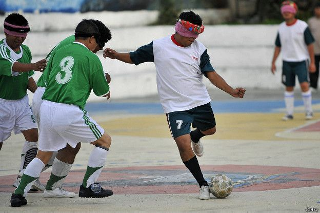 Ciegos jugando fútbol