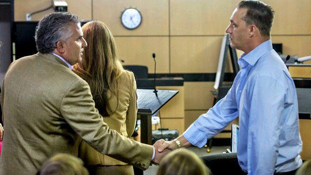 El padrastro de Cohen estrecha manos con el padre de Stephanos durante la audiencia el pasado viernes