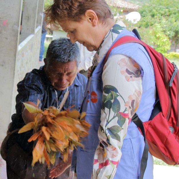 Médico tradicional realiza ritual